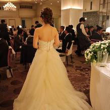披露宴会場でのウェディングドレスの後ろ姿