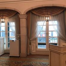窓がある披露宴会場からの景色