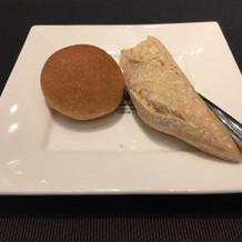 パンは二種。ハード系はとても固め
