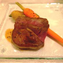 豪華なメイン料理。肉とフォアグラ。