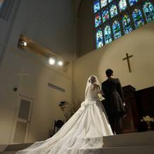 長いトレーンのドレスが教会にぴったり。
