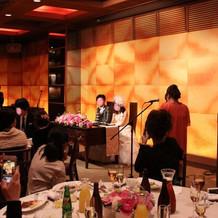 披露宴会場の壁は金屏風の様でした
