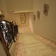 階段に花びら
