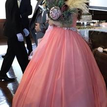 サーモンピンクのドレスで質感も良かった。