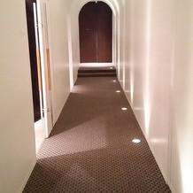 新郎新婦の準備スペ-スへつながる廊下