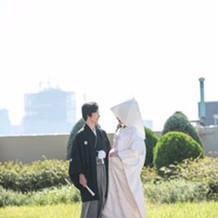 晴れの朝の屋上(羽織袴、白無垢)