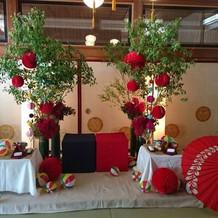 メインテーブルの装花と小物