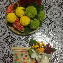 ざるにのせた装花と扇子ブーケ