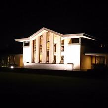 ライトアップした建物。