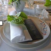 テーブルのお皿とメニュー