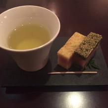 ラウンジで提供されるお茶とお菓子。