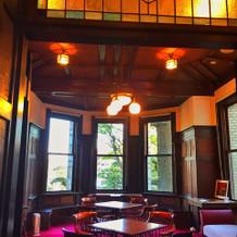 ゲストの待合室。ステンドグラスも素敵。