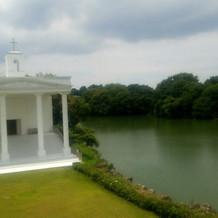 教会とガーデンと湖