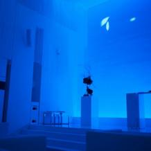 チャペル。青の光で幻想的です。