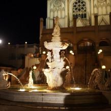 ライトアップされて夜も噴水が綺麗です