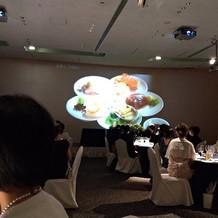 大きなスクリーンで料理の説明