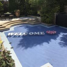 会場の庭のプール