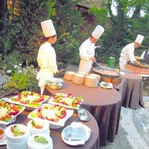 ガーデンで実演料理を食べられます。