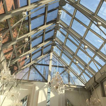 天井がガラス張りのチャペル