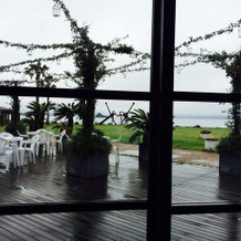会場内から見えるテラス席と海。