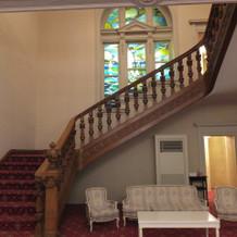建物内は階段から窓までこっている。