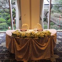 披露宴会場の床は桜の柄が素敵。