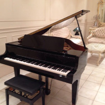披露宴会場に備わってあるグランドピアノ