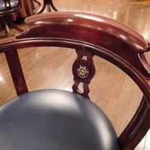 椅子の背にも船の舵。細部までこだわりが。
