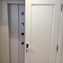 エレベーターは隠されている