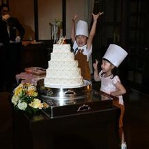 キッズパティシエがケーキをデコレーション