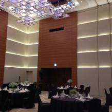 披露宴会場も天井が高いです。