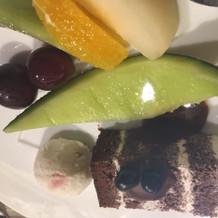 ウエディングケーキにアイスクリームと果物