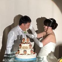 ケーキ食べさせあい