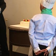 コック帽を借りてケーキ運びました