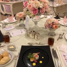 テーブルのイメージとメインの料理