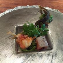 天ぷらがとてもおいしい。お皿も美しい。