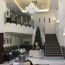 ロビーの大きなシャンデリアと階段。