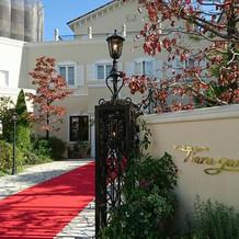式場の入口。 赤い絨毯がひかれています。