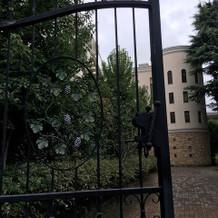 ゲートから建物やお庭の雰囲気がよい