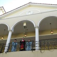 中庭の上で神父さん達が祝福してくれます。