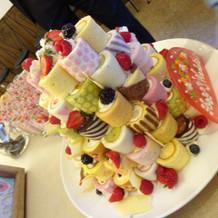 ロールケーキでできたウェディングケーキ。