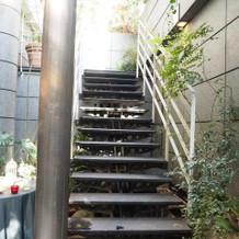 この階段下でフラワーシャワーになります
