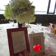 テーブルお花と名前メッセージがありました