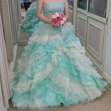 グリーンのカラードレス