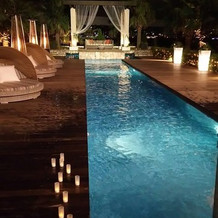 夜のプールサイド