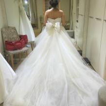 チュールがふんわりとしたドレス。
