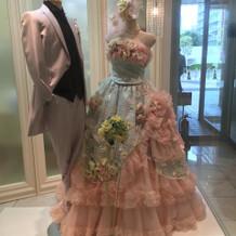 サロン前のドレス