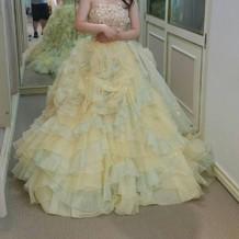 淡いグリーンと黄色のカラードレス