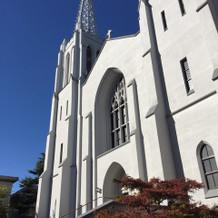 青空に真っ白な教会が映えます