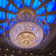 会場のシャンデリアが豪華な雰囲気。
